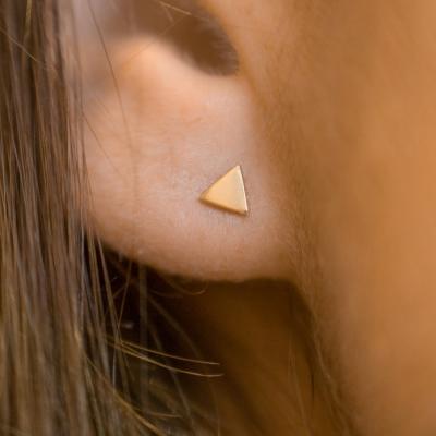 Boucles d'oreilles puces mini triangle doré